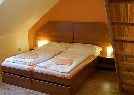 Manželská postel v pokoji U skokana