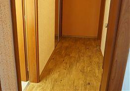 Vstupní chodba do pokoje s vestavěnou skříní