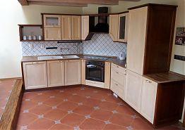 V obývacím pokoji je k dispozici veliká kuchyně.