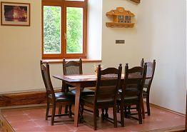 Jídelní stůl v obývacím pokoji.