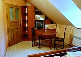 Stolek posezení a televize v dvoulůžkovém pokoji v přízemí.