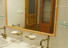 V koupelně k dispozici dvě umyvadla.